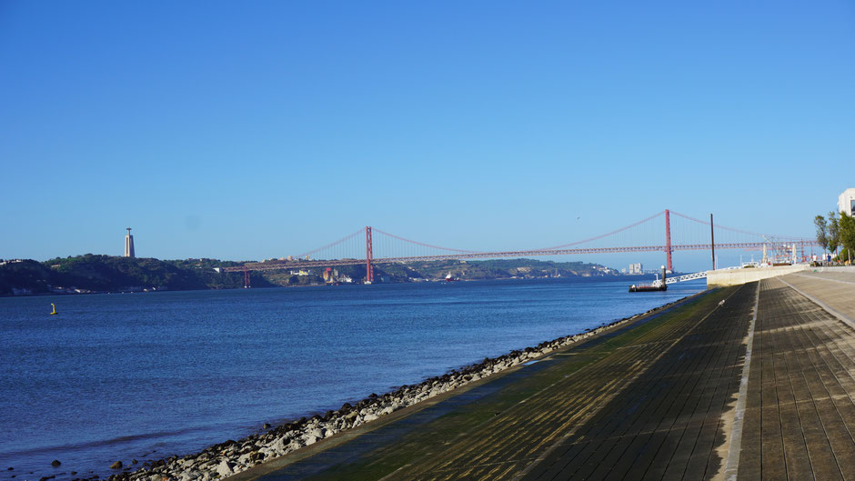Eine große rote Hängebrücke gibt es auch hier ...