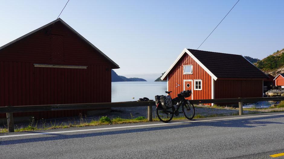 Es geht der Küste und den roten Häusern entlang