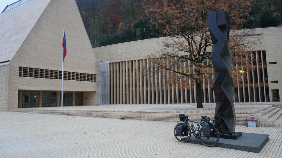 Vor dem Landtag des Fürstentum Liechtenstein