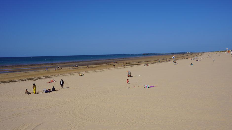 Ein bisschen Sand und viel Blau am Strand