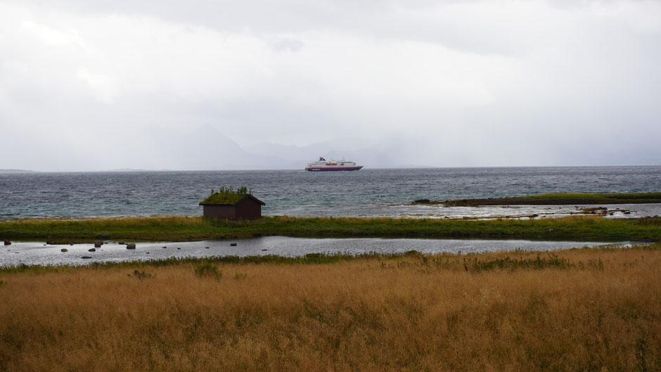 Ein Hurtigrutenschiff im Nieselregen