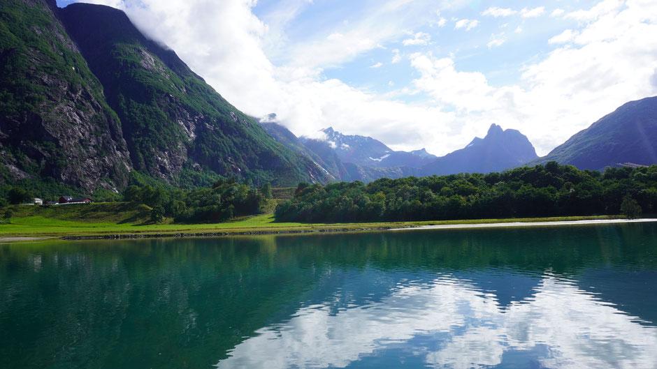 Der Romsdalsfjorden und ihn umsäumende Berggipfel