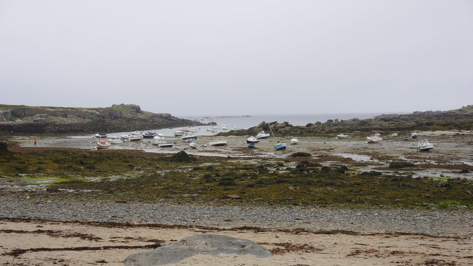 Noch liegen die Boote im Trockenen, doch hinten bringt eine Regenfront gleich Wasser ...