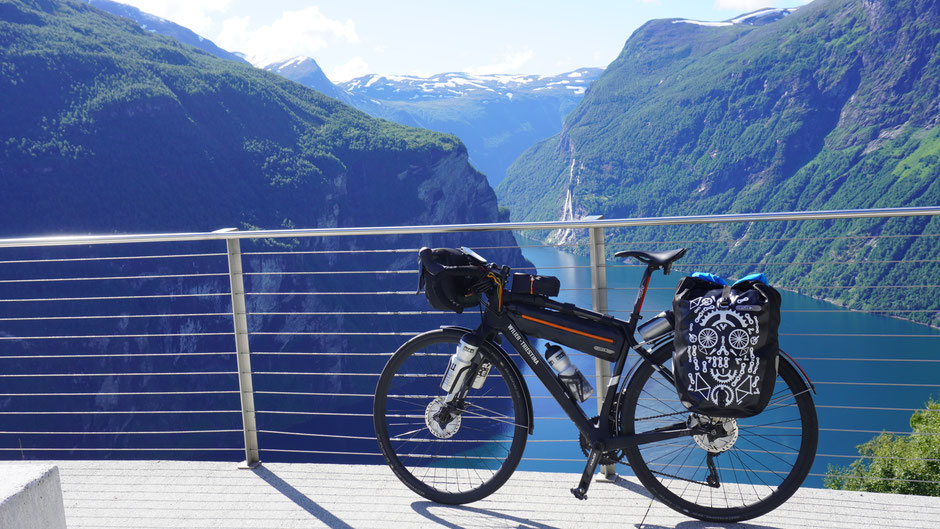 Ein Fahrrad genießt die Aussicht