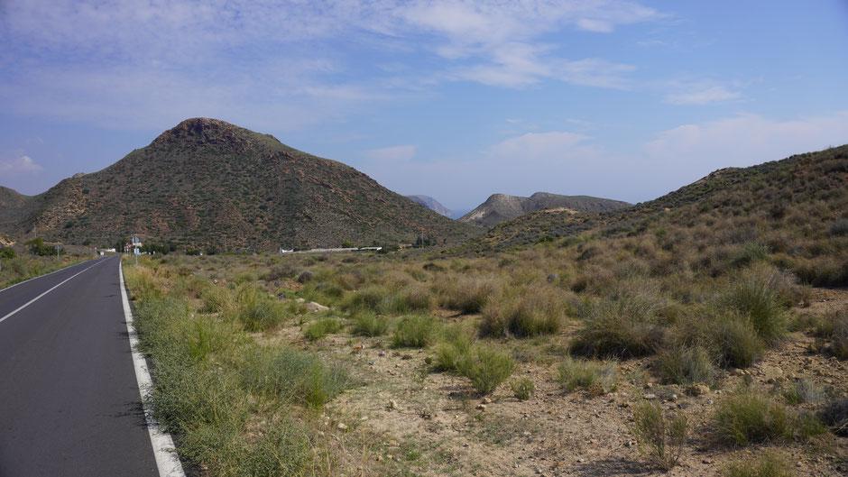 Vulkanische Hügel, trockenes Klima, karge Vegetation ...