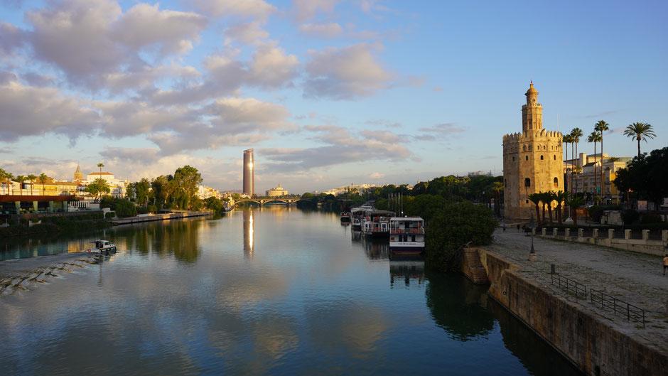 Torre del Oro mit Spiegelbild im Fluss