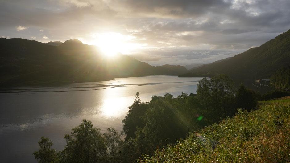 Dalsfjorden mit ein paar Sonnenstrahlen am Morgen
