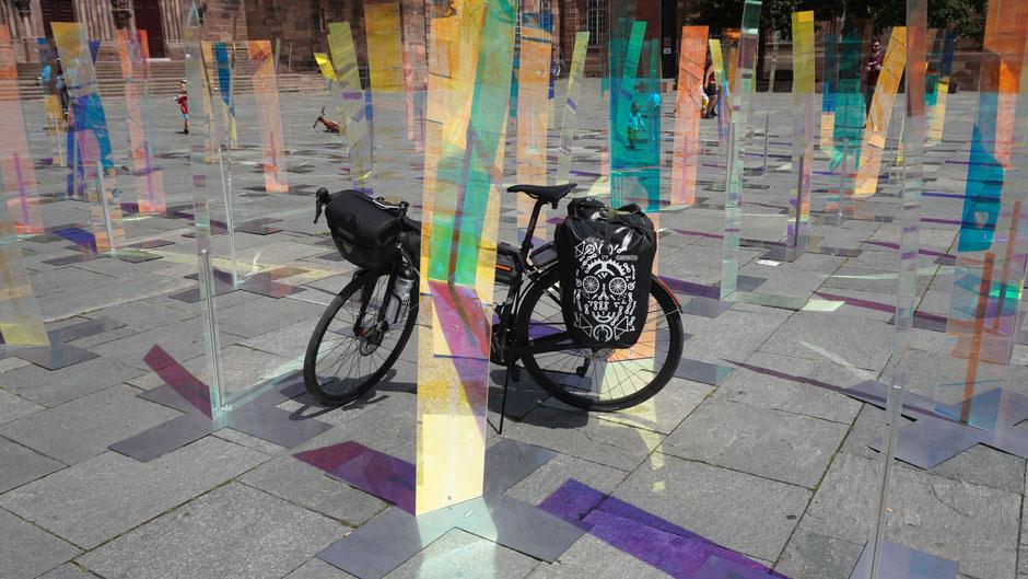 Kunstinstallation mit Fahrrad am Domplatz in Straßburg