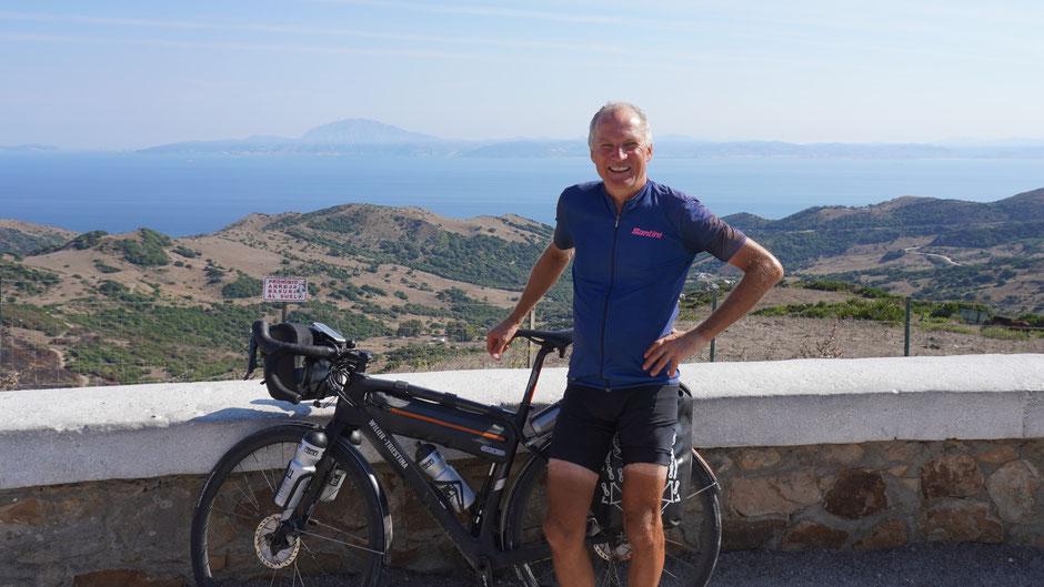 Etwas verschwitzt, doch zufrieden, mit der Straße von Gibraltar und Afrika im Hintergrund.