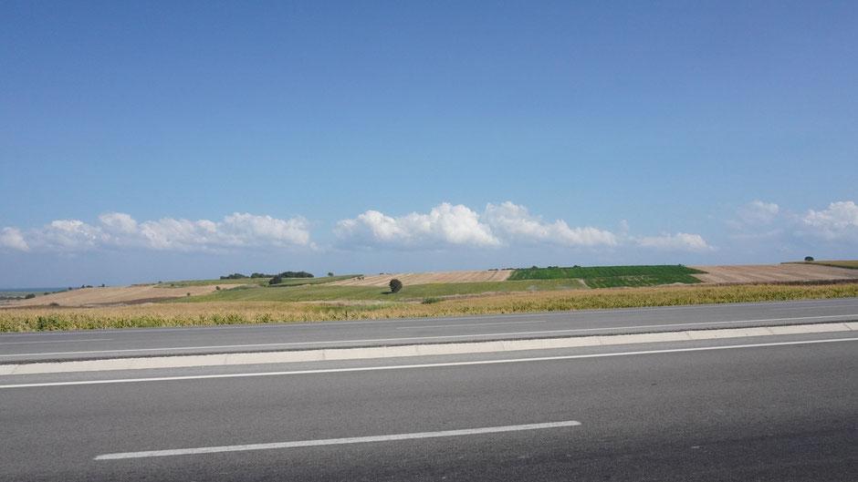 Alles breit: Straße, Feld, Himmel ...