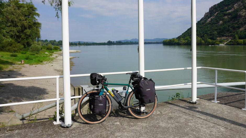 Vormittagsrast an einem schwülen Tag an der breiten Donau