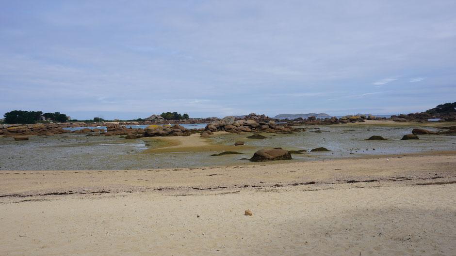 Hier dominieren großen Steine den Strand
