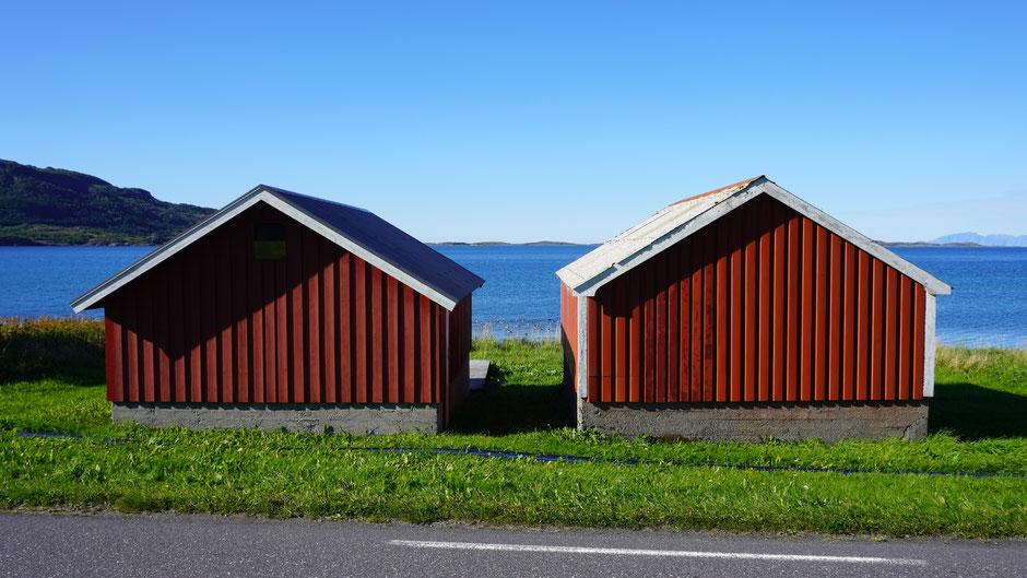Hüttenpaar in Rot auf Grün vor Blau