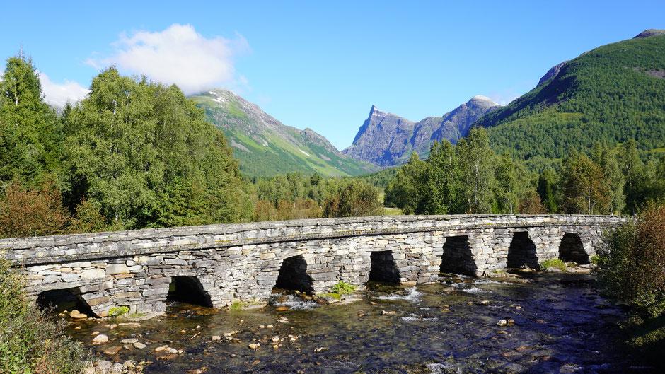 Steinbrücke und Felsnadel - wer nicht radeln will kann hier auch wandern