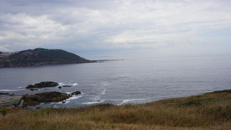 Ein paar kleine Wellen, doch dafür viele Wolken auf Höhe A Coruna