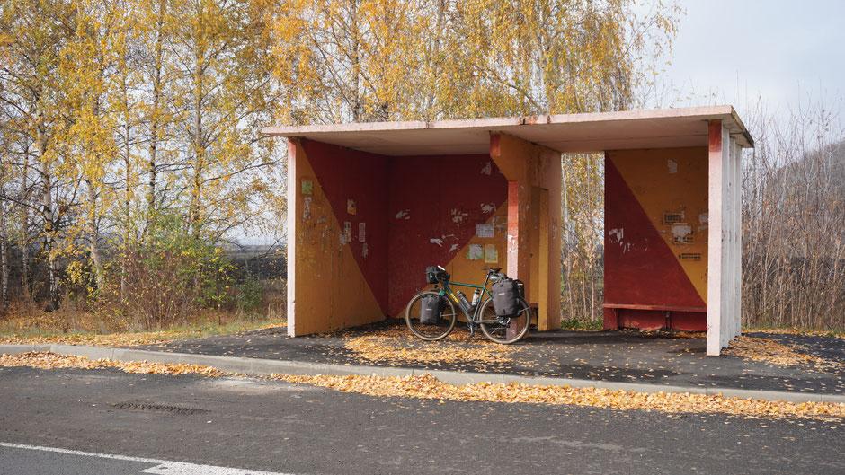 Radhaltestelle in abgestimmten Farben passend zum Herbst
