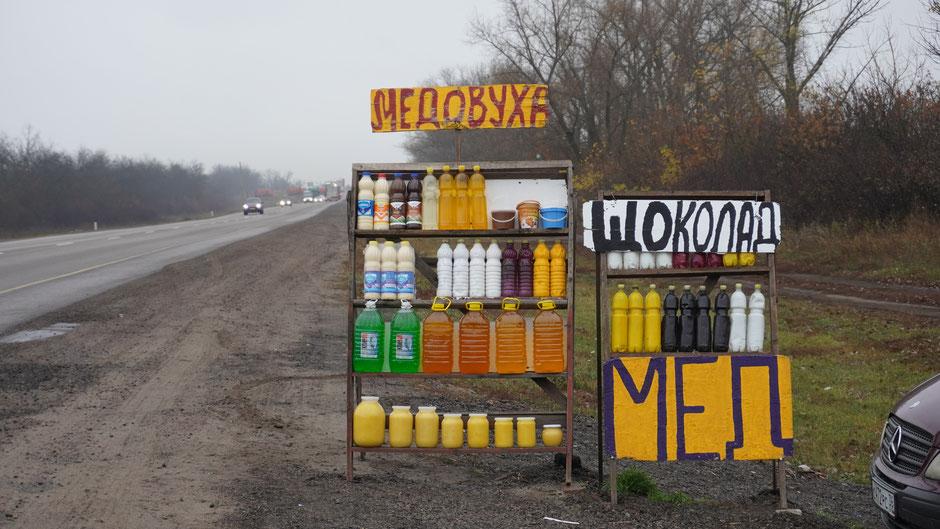 Ein Verkaufsstand an der Hauptstraße - Honig und Met stehen zur Auswahl