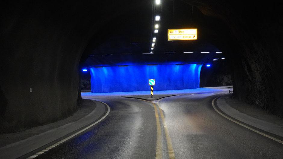 Ein gut beleuchteter Kreisverkehr im Tunnel. Blaues Licht zieht an ...