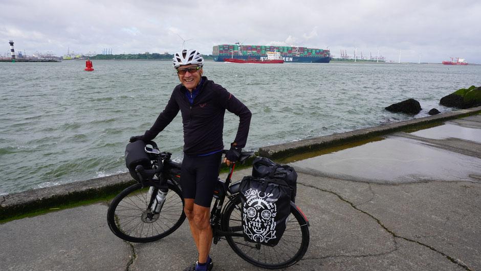 Am Pier Hoek van Holland. Da ist leicht lachen, Reiseziel erreicht.