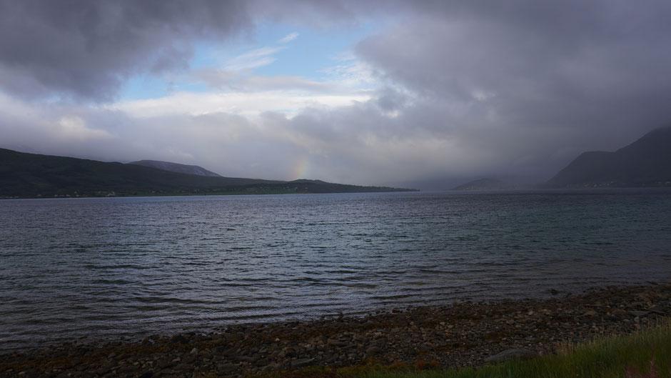 Regenstimmung am Fjord - Regenbogen und Regentropfen ...