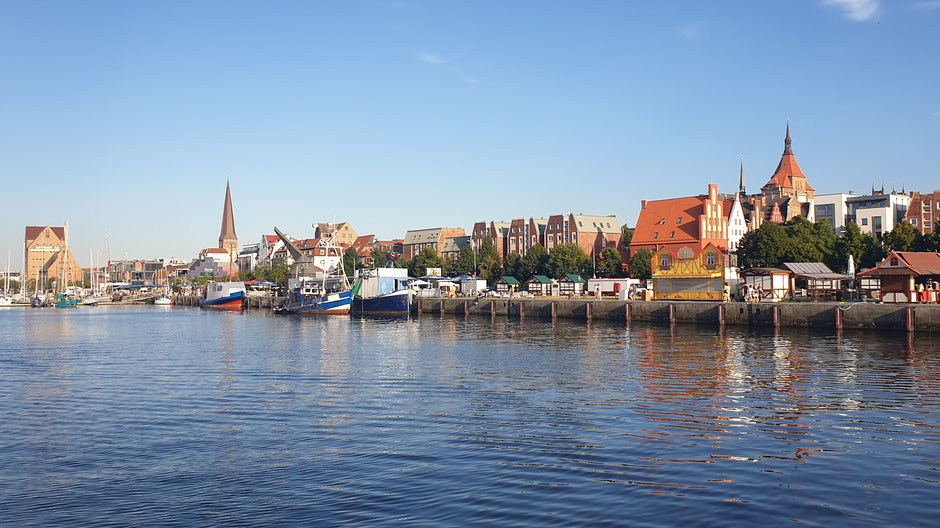 Rostocker Hafen mit Altstadt-Skyline