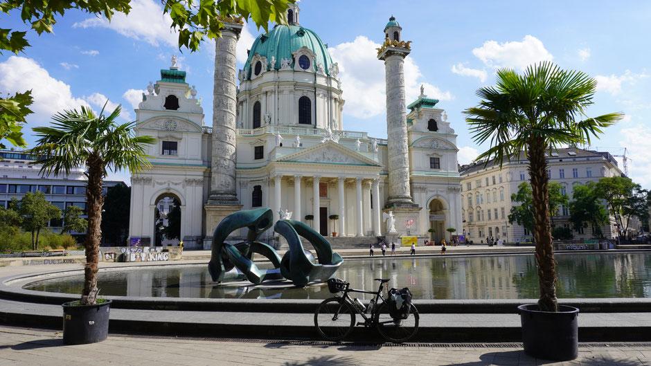 Die Karlskirche, immer nett anzuschauen, und mit meinem Fahrrad davor noch mehr ...