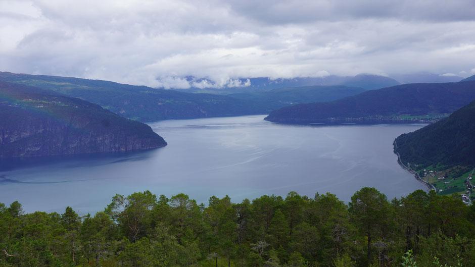 Der mächtige Nordfjord schiebt sich durchs Bild