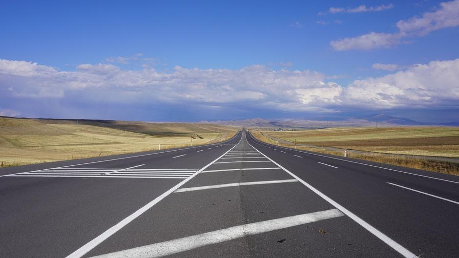 Anatolian Highway, mit Mittelstreifen für Radler
