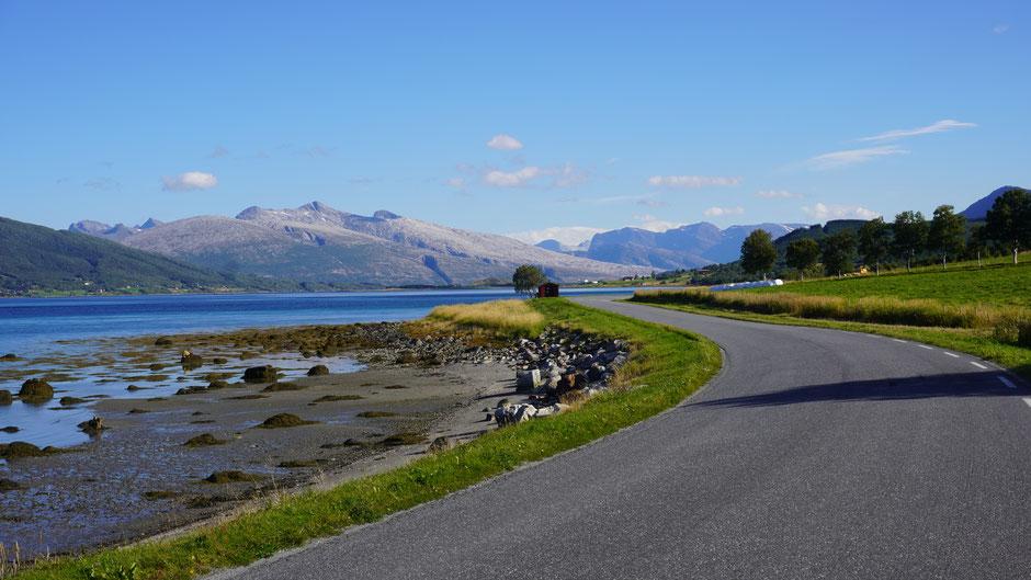 Auf solchen Straßen und in so einer Landschaft lässt es sich flott dahinrauschen ...
