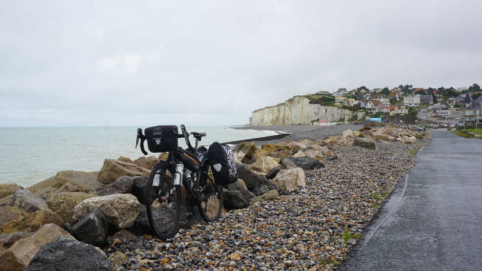 Strandimpression mit Rad im Nieselregen
