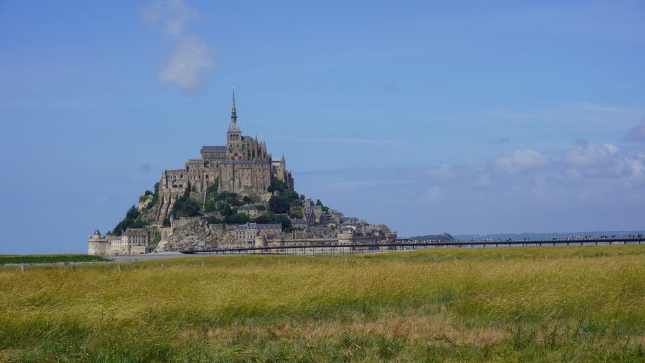 Mont Saint Michel - über eine Brücke gut erreichbar, und das heute von ganz vielen ...