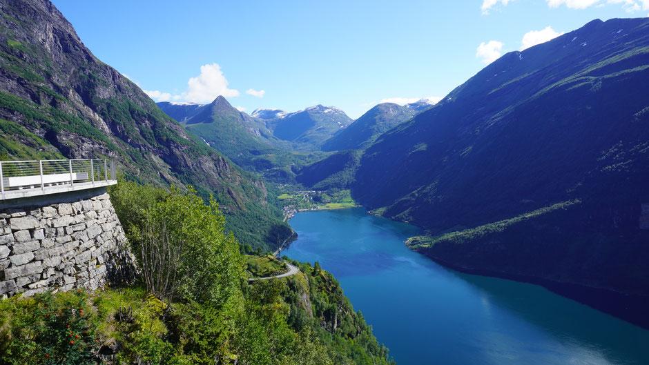 Blick zurück auf Geiranger am Ende des Fjordes