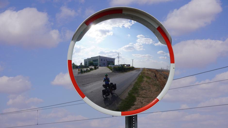 Eine gut gesicherte Betriebszufahrt - und der Spiegel jedenfalls eine Rarität in dieser Gegend