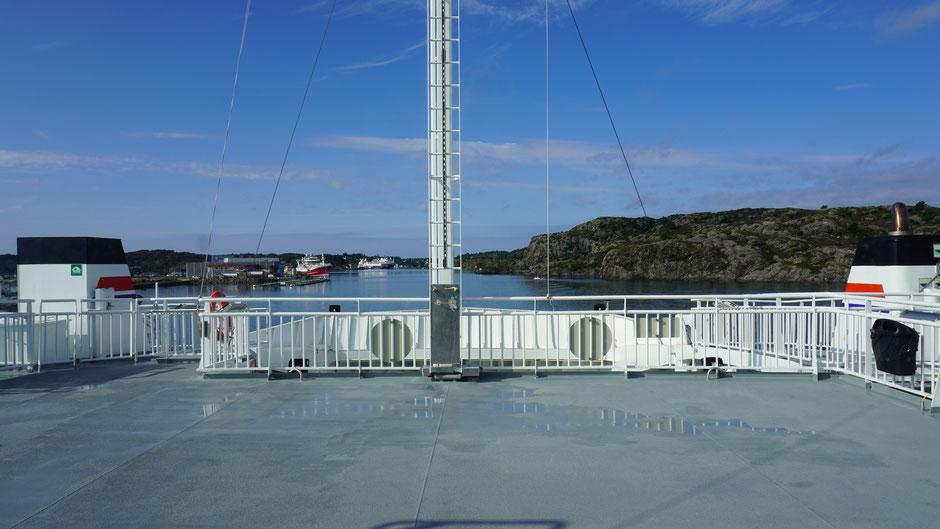 Auf dem Deck der Fähre bei der Hafeneinfahrt