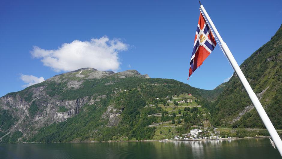 The eagle-road: 11 Spitzkehren führen aus dem Fjord wieder raus