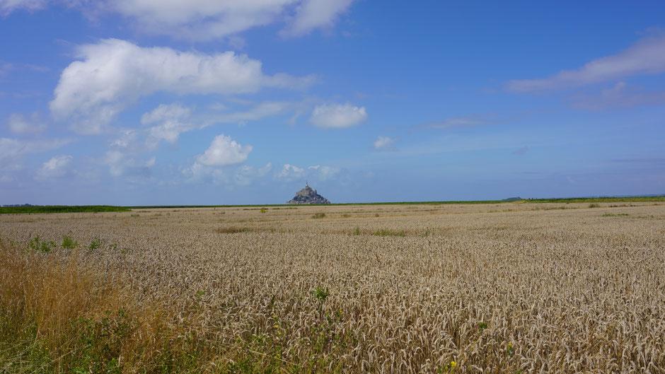 Die Perspektive täuscht. Die Erhebung des Mont Saint Michel liegt im Wasser.
