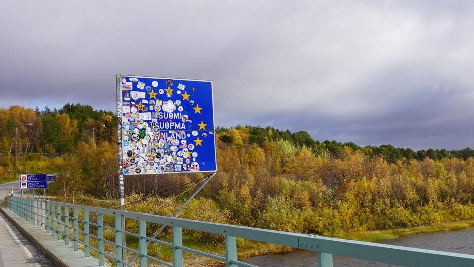 Finnland und eine seiner Landestafeln an der Grenze