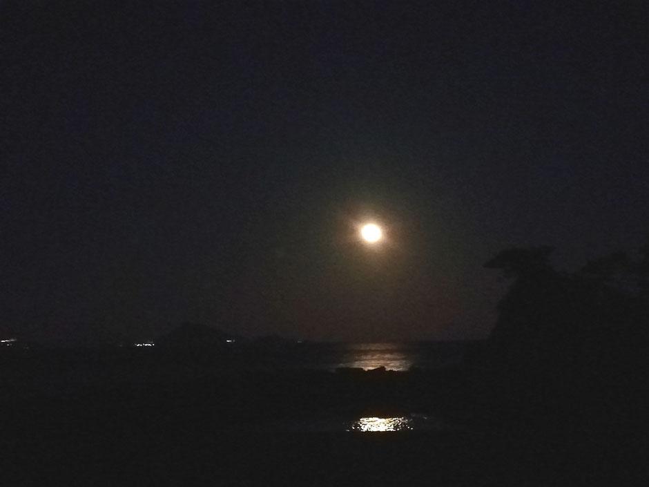 潮の満ち引きっていうのは、月の引力によるものだよ。