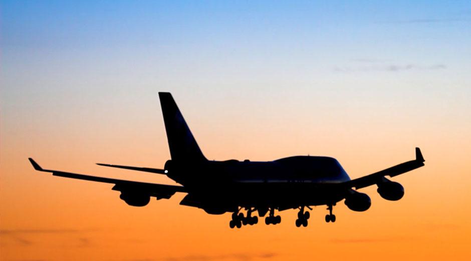 Das Motiv zur See- und Luftfracht. Man sieht eine Boieng 747 am Abendhhimmel in orange und blau landen. Maschinentransporte sind auch per Flugzeug für die Rüdinger Spedition kein Problem.