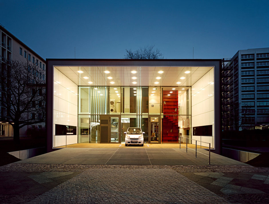 F87 – das mit dem Deutschen Solarpreis ausgezeichnete Effizienzhaus Plus mit Elektromobilität in Berlin (Copyright: Matthias Koslik, Berlin)