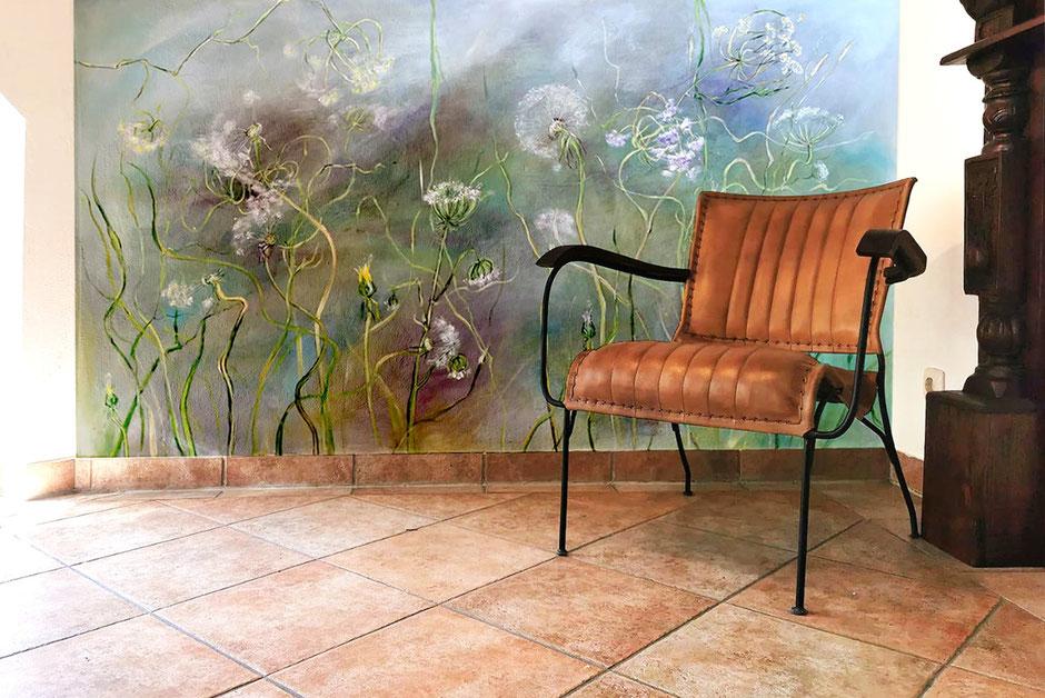 Wandgestaltungen mit Malerei, Untergrund blau,grau und grün. Wandfarbe Kreide mit Pigmenten angemischt. Motiv Mageritten, Acryl/Mischtechnik. Blüten werden vom Wind verweht. Abschließend wird die Wand 2 mal mit einer Lackschicht überzogen.