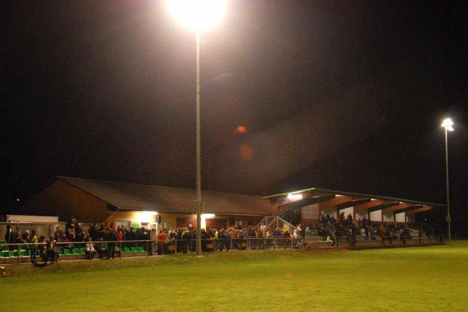 Der Sportplatz Heiligenkreuz am Waasen bietet rund 700 Zuschauern Platz.