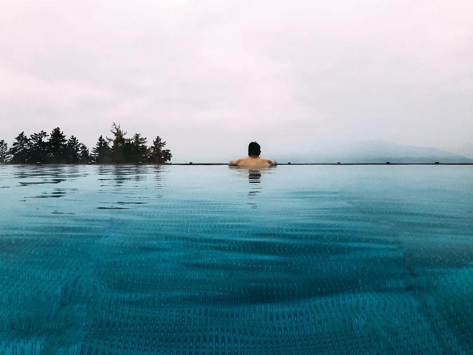 Infinity Pool oberhalb Meran, Südtirol