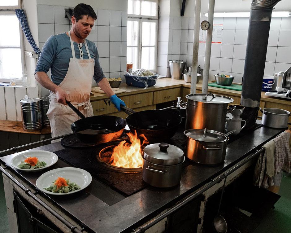 Wiener Schnitzel über offenem Feuer, Alpengasthof Loas, Tirol