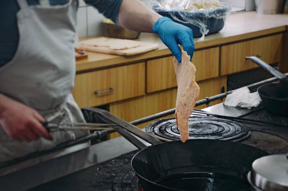 größtes Wiener Schnitzel Tirols - die weltbekannten Loas-Schnitzel