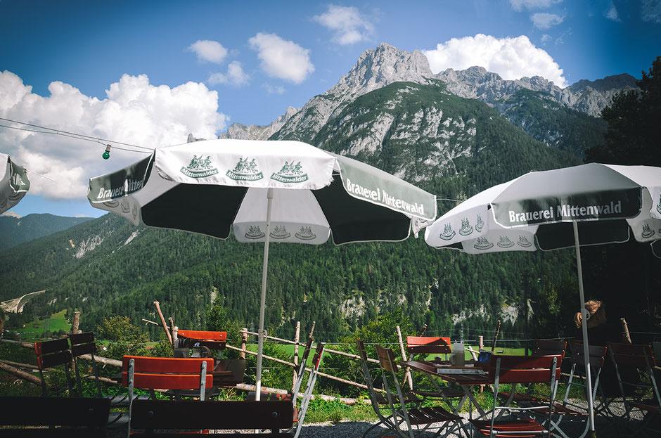 Leutascher Geisterklamm - Gasthof Gletscherschliff mit Blick aufs Karwendel