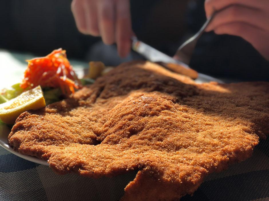 größtes Wiener Schnitzel Tirols, weltbekannte Loas-Schnitzel