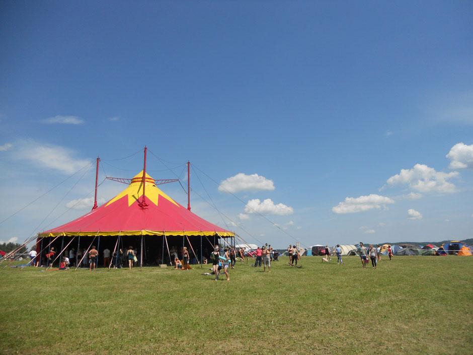 Das Workshop-Zelt, indem ganz viele Yogaklassen und Workshops stattgefunden haben