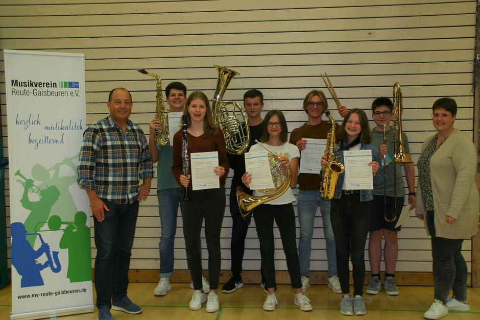 Unsere sieben erfolgreichen Teilnehmer bei den diesjährigen D2/D3-Kursen, eingerahmt von unserem Dirigenten Erich Steiner und unserer Jugendleiterin Vera Sigg.