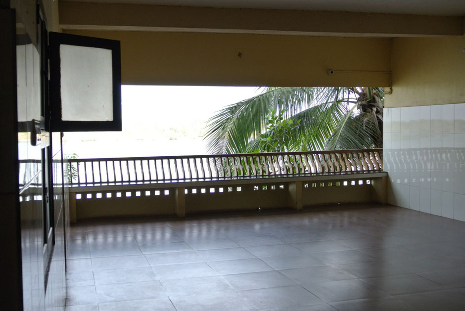 病室の外は風が吹き抜ける気持ち良い空間。